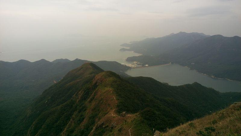 Sur le chemin de Lantau Peak, vue sympa sur la mer